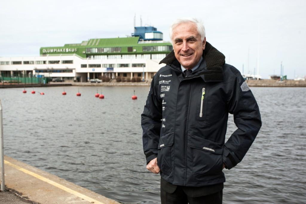 Eelmisel nädalal Tallinnat külastanud Rahvusvahelise Purjetamisliidu (ISAF) president Carlo Croce sai kingiks koondise uue tormijope. Fotograaf Mardo Männimägi