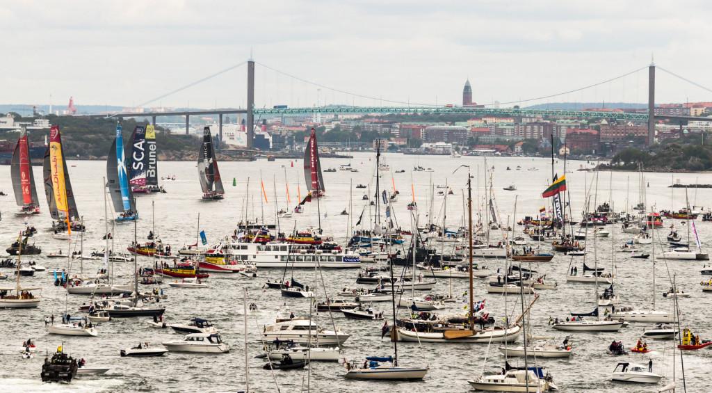 Pealtvaatajate laevu oli nii arvukalt, et nende ohutuks paigutamiseks tuli starti 15 minutit edasi lükata. Credit: Carlo Borlenghi / Volvo Ocean Race