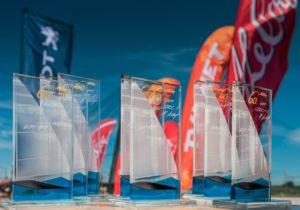 A. Le Coq 60. Muhu Väina regati kõik 21 parimat meeskonda said endale klaasikunstnik Agnes Tormi valmistatud kaunid klaasist trofeed. Foto: Pavel Nesvadba