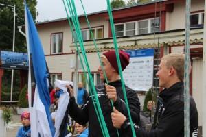 Juuso ja Henri Roihu regati avamisel Eesti Jahtklubide Liidu lippu heiskamas. Foto autor: Riina Ramst
